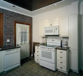 Armoires de cuisine transform es avec ajouts de moulures for Moulure armoire cuisine