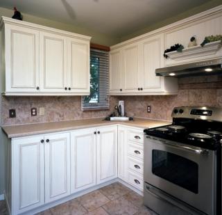 Armoires de cuisine transform es avec ajouts de moulures for Armoires de cuisine shaker
