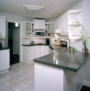 Armoires de cuisine transform es avec ajouts de moulures for Armoire de cuisine st eustache