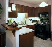 Armoires de cuisine en bois plaqué transformées avec faux fini brun chêne
