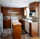 Armoires de cuisine avec faux fini miel orangé
